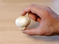 How to peel garlic without getting smelly hands
